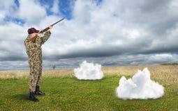 Cacciatore divertente, cercante le nuvole di pioggia, surreali fotografia stock