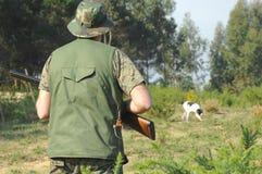 Cacciatore ed il suo cane Immagini Stock Libere da Diritti