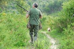 Cacciatore ed il suo cane Fotografie Stock Libere da Diritti
