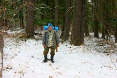Cacciatore in legno nell'inverno Immagini Stock