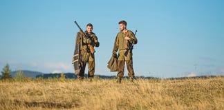 Cacciatori dell'uomo con la pistola del fucile Boot Camp Abilit? di caccia ed attrezzature dell'arma Come caccia di giro nell'hob immagine stock libera da diritti