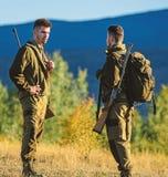 Cacciatori dell'uomo con la pistola del fucile Boot Camp Amicizia dei cacciatori degli uomini Forze dell'esercito camuffamento Mo immagini stock libere da diritti