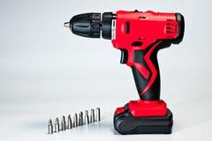 Cacciavite con le batterie ricaricabili, rosso, moderno ed affidabile fotografie stock libere da diritti