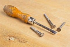 Cacciavite d'annata sul bordo di legno Immagine Stock
