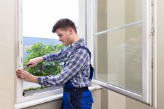 Cacciavite di Fixing Window With del riparatore fotografie stock