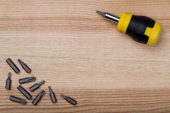 Cacciavite di vista aerea con l'insieme dei pezzi sulla tavola di legno Fotografia Stock Libera da Diritti
