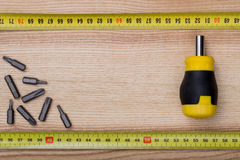 Cacciavite di vista aerea con nastro adesivo di misura sulle sedere di legno della tavola Fotografia Stock