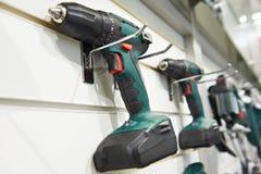 Cacciavite elettrico per costruzione sul supporto in negozio immagine stock