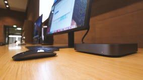 Cacerola al mini ordenador del nuevo mac de Apple almacen de metraje de vídeo