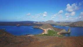 Cacerola ancha de la mañana de la roca del pináculo en bartolome del isla en las Islas Galápagos almacen de metraje de vídeo