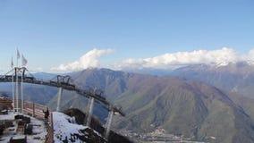 Cacerola coronada de nieve de las montañas metrajes