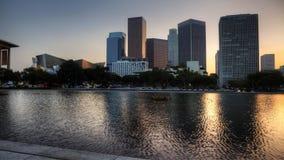cacerola crepuscular controlada del movimiento de 4K UltraHD de horizonte de Los Ángeles con la piscina de reflejo en el primero  metrajes