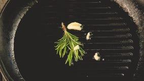 Cacerola de aceite vegetal caliente del aceite de romero del ajo de las hierbas metrajes