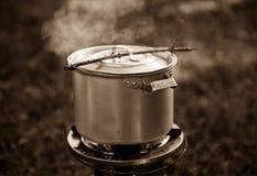 Cacerola de aluminio vieja en el gas Fotografía de archivo libre de regalías