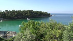 Cacerola de la bahía de Kemori, Thassos, Grecia almacen de video