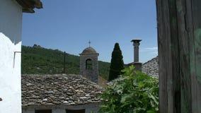 Cacerola de la casa vieja a la iglesia en Theologos Thassos Grecia almacen de video
