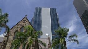 Cacerola de la catedral de St Stephen a los rascacielos modernos en Brisbane metrajes