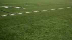Cacerola de la línea de yardas del campo de fútbol 10 sobre hierba del césped metrajes