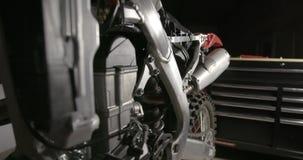 Cacerola de la motocicleta al lado del pecho de herramienta almacen de metraje de vídeo