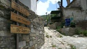 Cacerola de la vieja muestra cuadrada a una calle en Maries, Thassos Grecia almacen de video