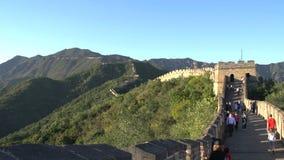 Cacerola de las montañas a la gente que camina en la Gran Muralla, Gran Muralla de Mutianyu almacen de metraje de vídeo