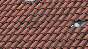 Cacerola de las tejas de tejado almacen de video