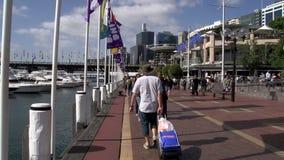 Cacerola de los barcos a la gente que camina en el puerto querido metrajes