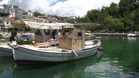 cacerola de los barcos de pesca en los thassos Grecia del puerto del limenaria almacen de video