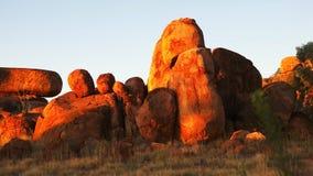Cacerola de los mármoles del diablo en el Territorio del Norte en la puesta del sol almacen de video