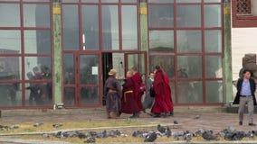 Cacerola de los monjes que caminan delante del monasterio de Gandan en Ulaan Bataar metrajes