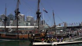 Cacerola de museo marítimo nacional del puerto querido en Sydney con la torre de Sydney y de horizonte en el fondo almacen de metraje de vídeo