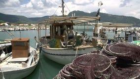 Cacerola de redes de pesca a los barcos en el akti del chrisi, Thassos Grecia almacen de video