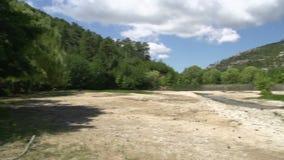 Cacerola de un lago seco cerca de la cascada en Maries, Thassos Grecia almacen de video