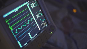 Cacerola de un paciente y de un monitor en sitio oscuro almacen de metraje de vídeo