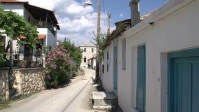 Cacerola de una calle en los inThassos Grecia de Theologos almacen de metraje de vídeo