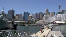 Cacerola de una nave marina en museo marítimo nacional del puerto querido a la torre y al horizonte de Sydney almacen de video