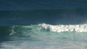 Cacerola de una persona que practica surf en los mandíbulas de la rotura de la onda que practican surf grande en la orilla del no metrajes
