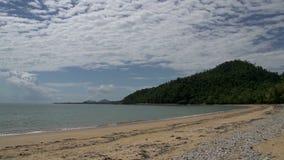 Cacerola de una playa vacía en playa de la misión con las palmeras al mar en Queensland, Australia metrajes