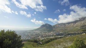 Cacerola de vídeo del timelapse de la montaña de la tabla, Cape Town, Suráfrica, con las nubes pasando encima almacen de video