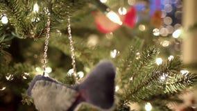 Cacerola del árbol de navidad con los juguetes almacen de metraje de vídeo