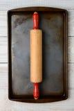 Cacerola del balanceo en la bandeja del horno Imagen de archivo