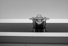 Cacerola del pote en la inducción Foto de archivo libre de regalías