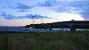 Cacerola en la playa debajo del puente en la noche