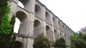 Cacerola horizontal del puente panorámico 4k de Ariccia del aparcamiento de Bernini - suburbio de Roma en Lazio - Italia almacen de video