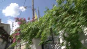 Cacerola inclinable de la iglesia a la calle en Theologos, Thassos Grecia metrajes