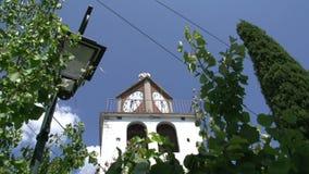 Cacerola inclinable de la iglesia a la calle en Theologos, Thassos Grecia almacen de video