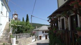 Cacerola inclinable de una calle en Theologos, Thassos Grecia metrajes