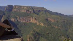 Cacerola lejos de una mujer en África