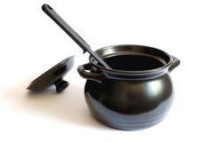Cacerola negra con la cuchara Fotos de archivo