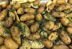 Cacerola por completo de cuñas de la patata imagenes de archivo
